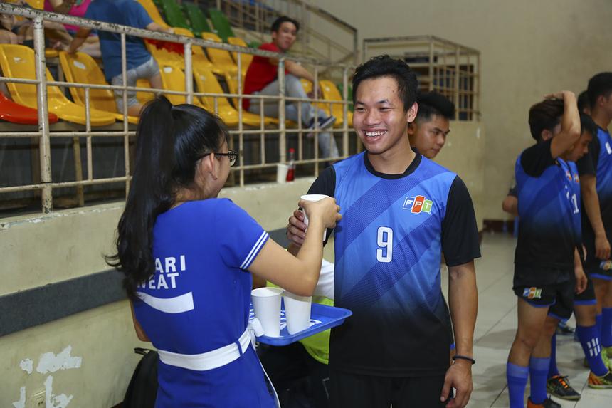 Một trong những điểm mạnh của các giải bóng đá nhà Cáo là sự xuất hiện của nhà tài trợ nước uống, giúp các VĐV hồi phục thể lực và bù khoáng sau những phút thi đấu căng thẳng trên sân.