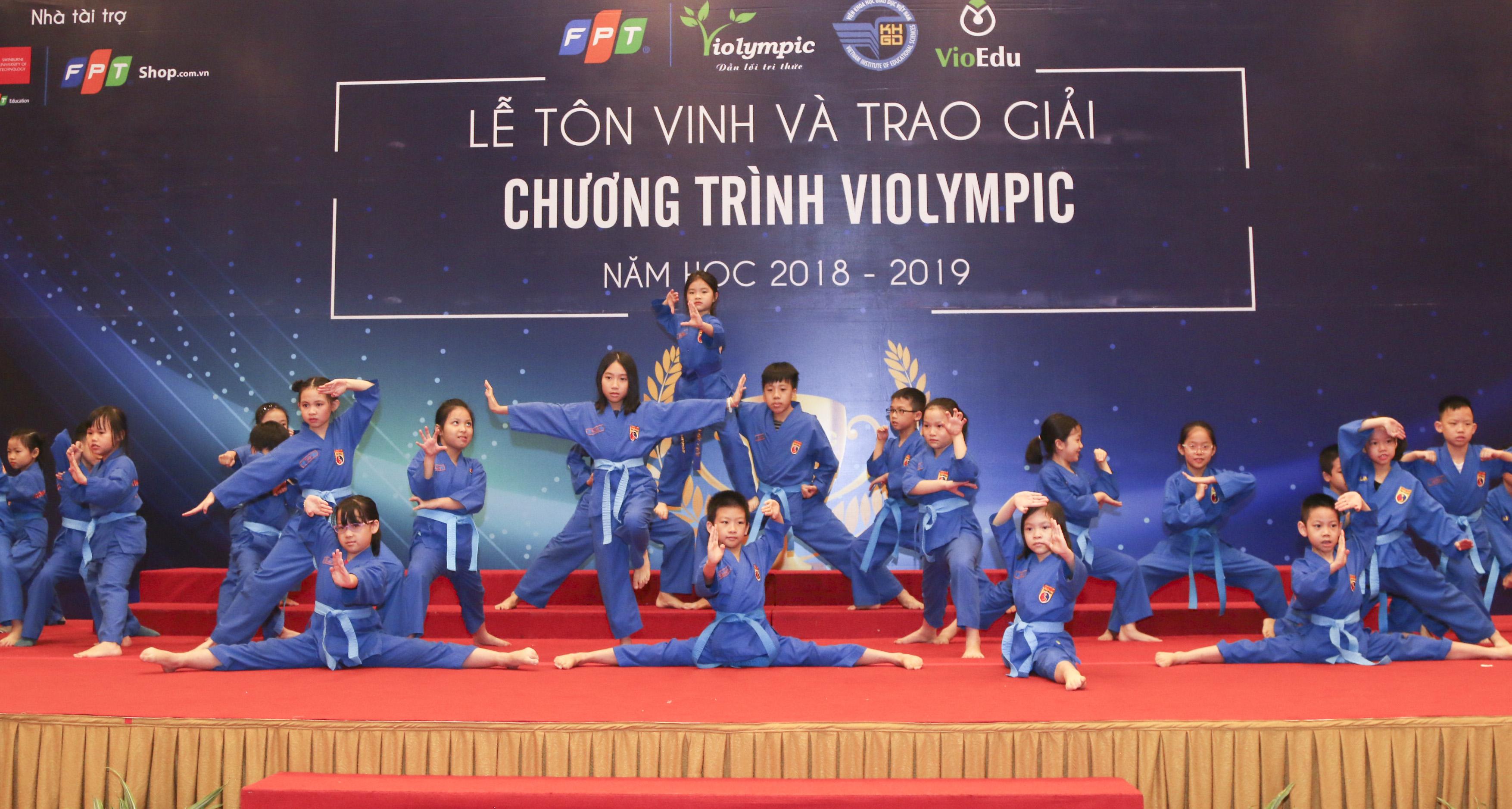 Màn biểu diễn võ thuật Vovinam đến từ các học sinh trường Tiểu học và THCS FPT Cầu Giấy mở đầu chương trình.