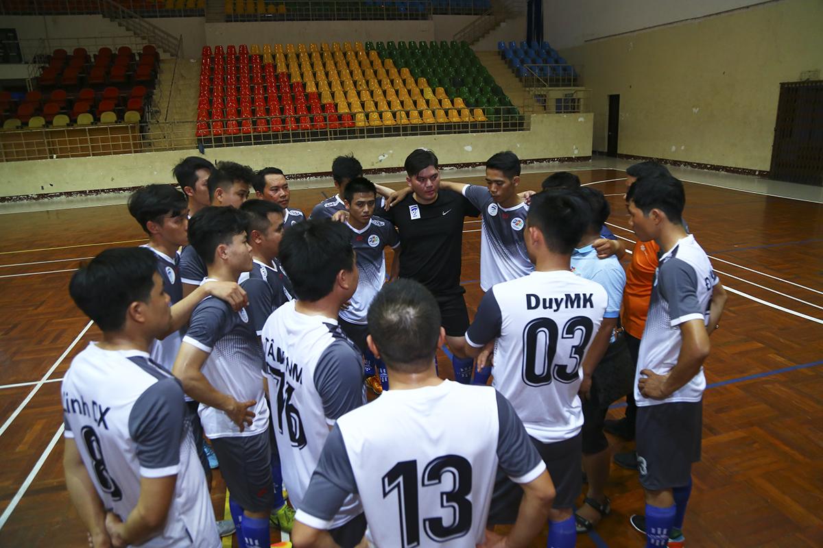 Ở trận đấu đầu tiên giải bóng đá Futsal FPT Telecom HCM, Ban quản lý Vùng 5 (áo trắng) đối mặt đương kim vô địch PayTV (áo hồng). Ở mùa giải này, đội bóng đến từ vùng 5 được bổ sung nhân sự chất lượng nên hứa hẹn là ẩn số ở bảng B.