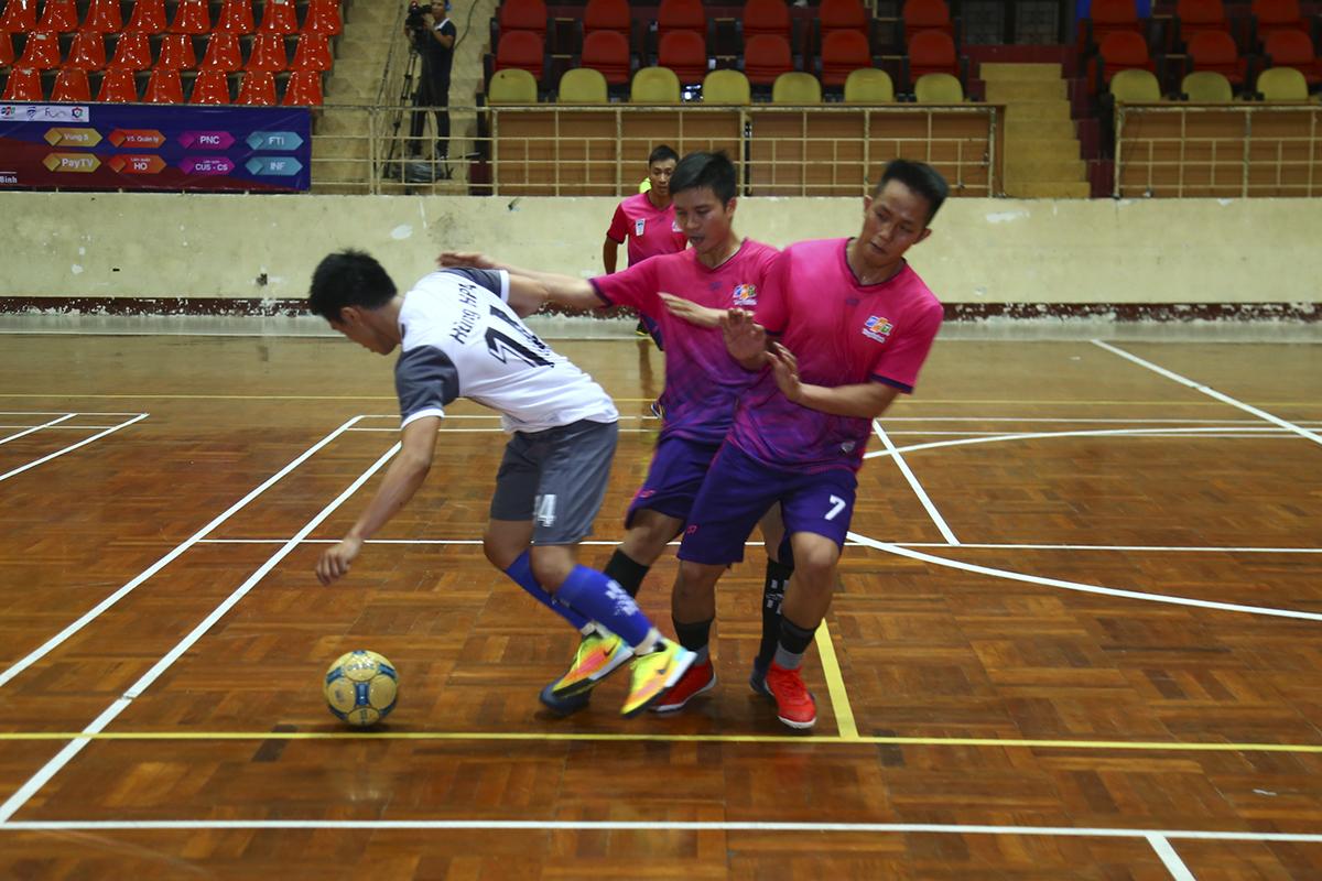 Đội bóng áo hồng của HLV Trí Viễn kèm người rất sát và không ngại va chạm. Vì vậy trong hiệp 1, Ban quản lý Vùng 5 có rất ít tình huống triển khai bóng về phía vòng cấm PayTV.