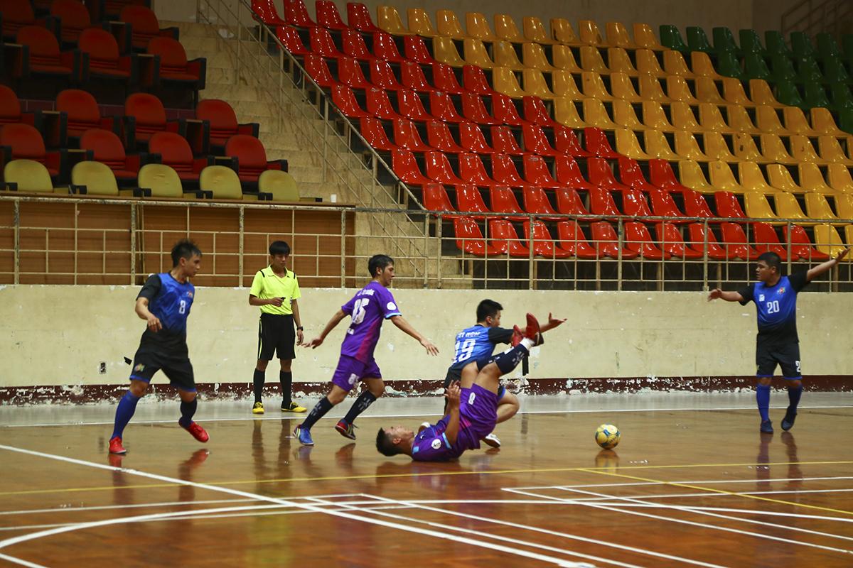 Trận đấu lúc này diễn ra khá căng thẳng với nhiều pha va chạm ở khu vực giữa sân của cả hai đội.
