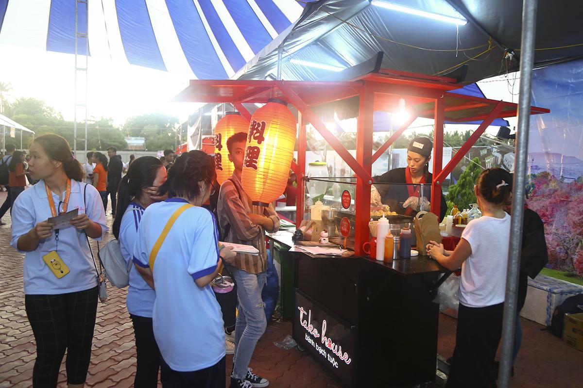 Chương trình còn có nhiều hoạt động văn hóa, ẩm thực… mang đậm nét văn hóa Hàn Quốc, với sự tham dự của khoảng 2.000 học sinh, sinh viên Cần Thơ và các khách mời đến từ Hàn Quốc như Quỹ giao lưu quốc tế Hàn Quốc, Đại học Kangnam…
