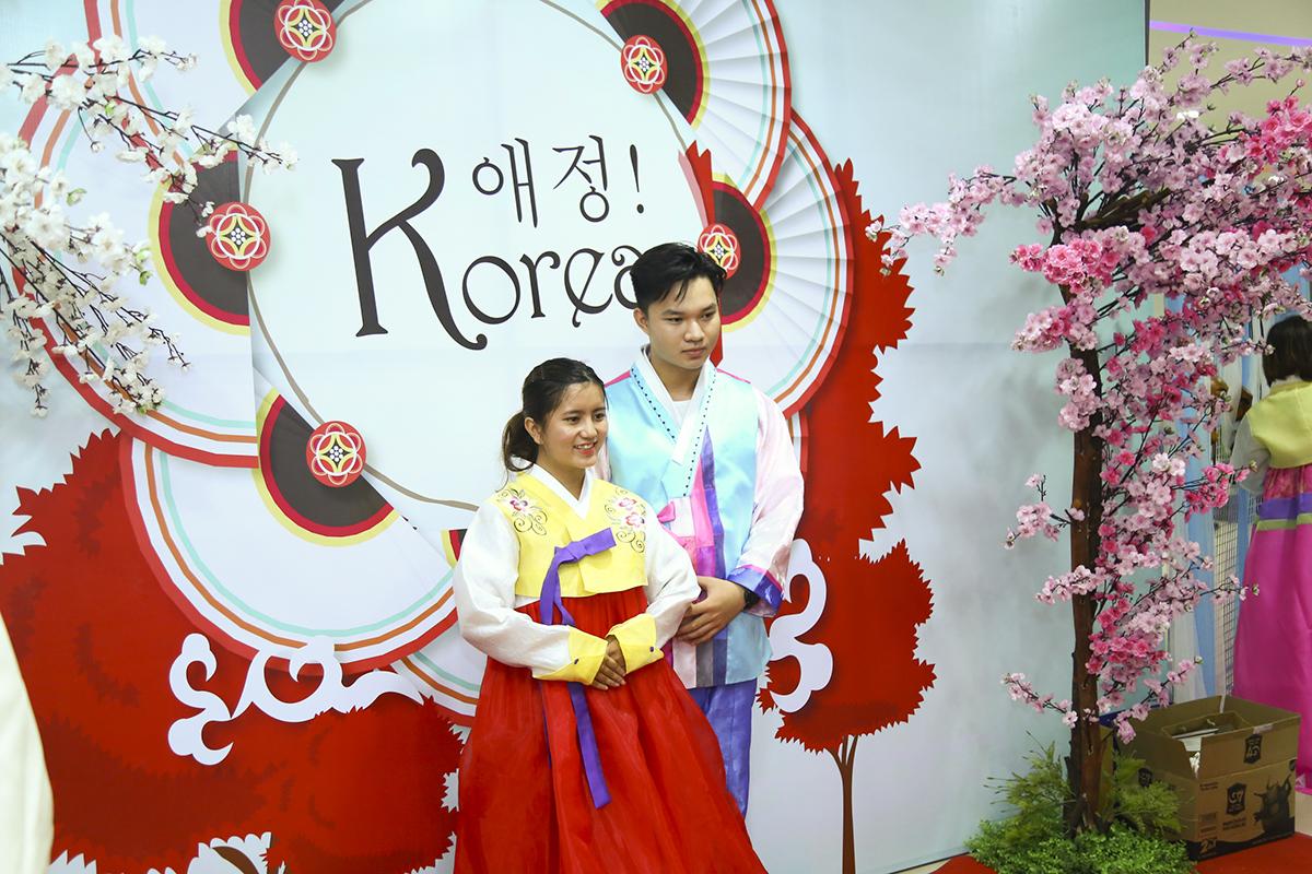 Các học sinh - sinh viên có dịp khoác lên mình bộ trang phục truyền thống Hanbok của Hàn Quốc. Hanbok gồm hai loại dành cho nữ và nam. Hanbok của phụ nữ gồm jeogori (áo khoác ngoài) và chima (váy dài). Đối với nam giới, một bộ Hanbok bao gồm có Jeogori dài đến ngang hông, chiếc quần Baji, và bên ngoài sẽ là một chiếc áo choàng Durumagi.