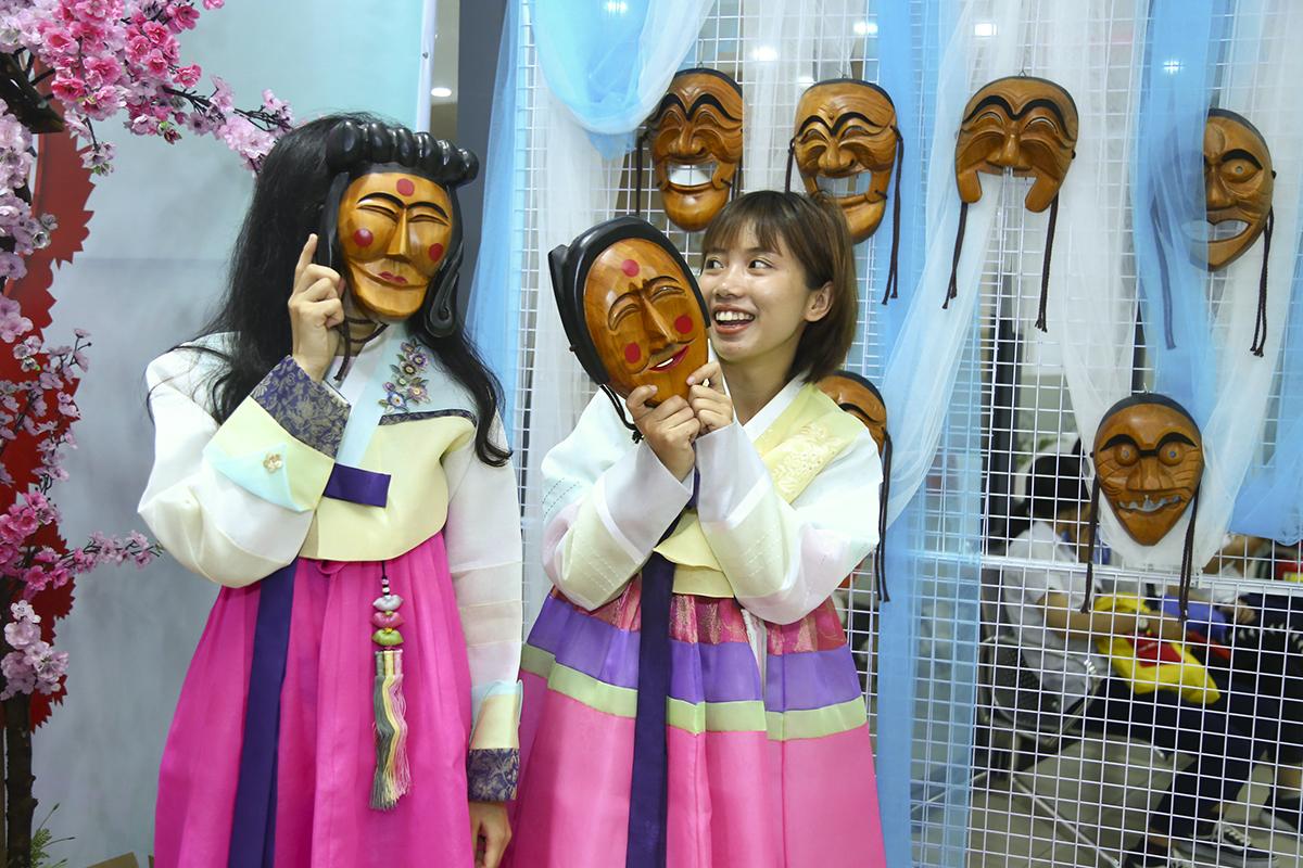 """Người Hàn Quốc yêu thích những chiếc mặt nạ bởi chúng cho phép họ ẩn danh để chỉ trích, châm biếm những thói xấu trong xã hội.Trong tiếng Hàn, """"tal"""" nghĩa là """"mặt nạ"""". Đối với người Hàn Quốc cổ đại, tal là biểu tượng thiêng liêng của các vị thần và thường xuất hiện trong nhiều hoạt động văn hóa từ giải trí tới nghi lễ cưới hỏi."""
