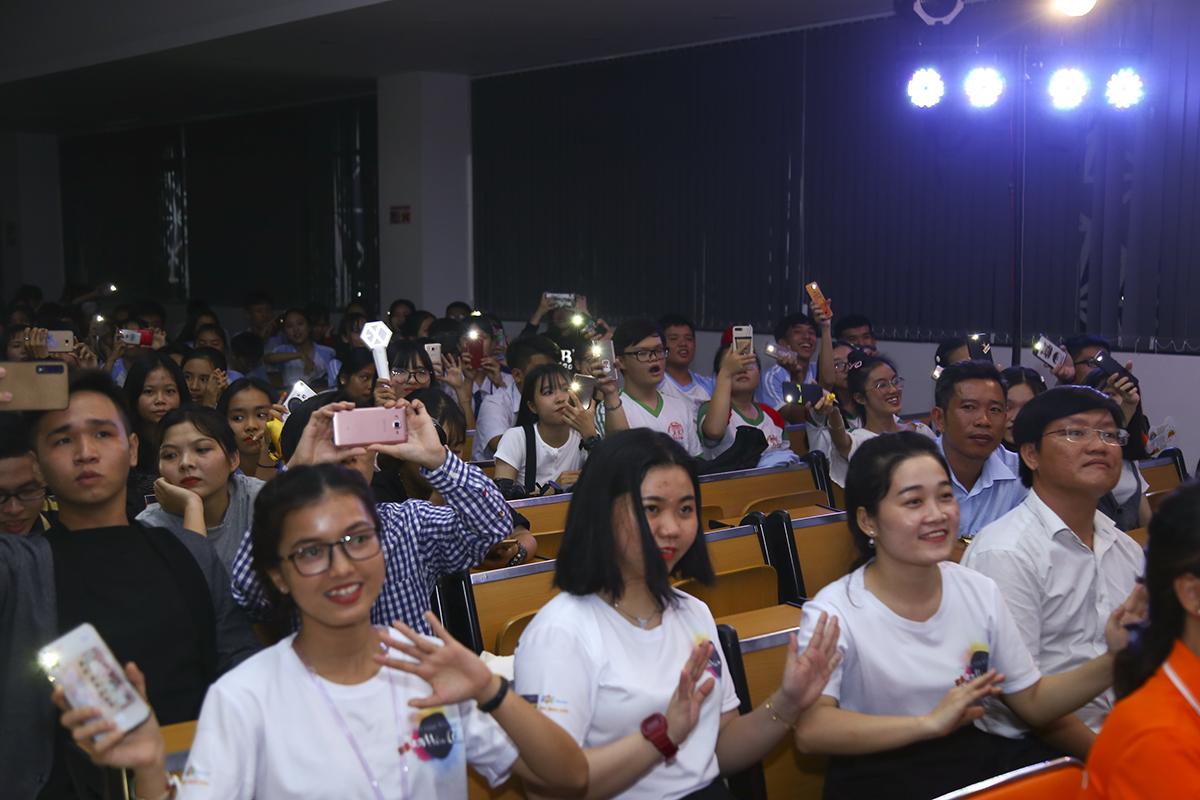 Hội trường ĐH FPT lung linh với những ánh đèn flash và tiếng hát của khán giả hòa theo từng lời của Han Sara. Mặc dù trình diễn những ca khúc nhẹ nhàng, tình cảm nhưng nữ ca sĩ vẫn tạo ra không khí sôi động.