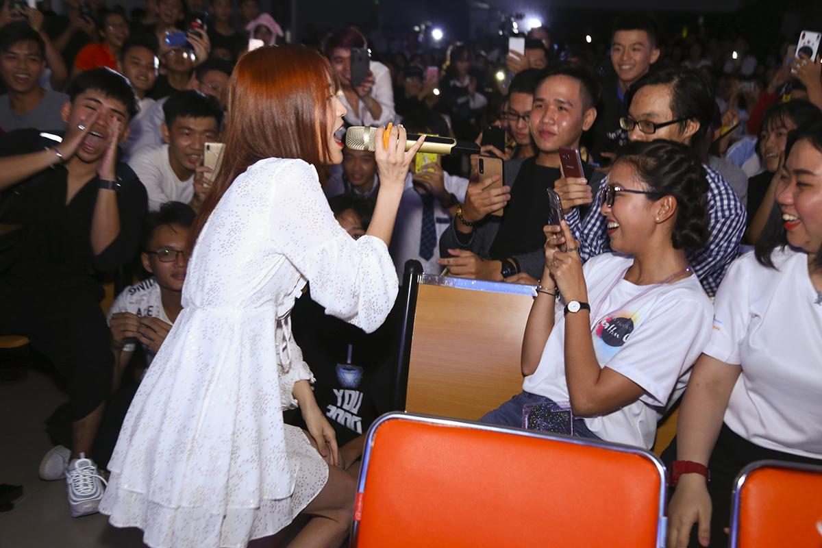 """Đến với Ngày hội Văn hóa Hàn Quốc, nữ ca sĩ đã gửi đến các học sinh - sinh viên tham gia chương trình 4 ca khúc đã gắn liền với tên tuổi của mình. Trong đó có hai bản hit đình đám thời gian qua: """"Vì yêu là nhớ"""", """"Tận cùng của nỗi nhớ""""..."""