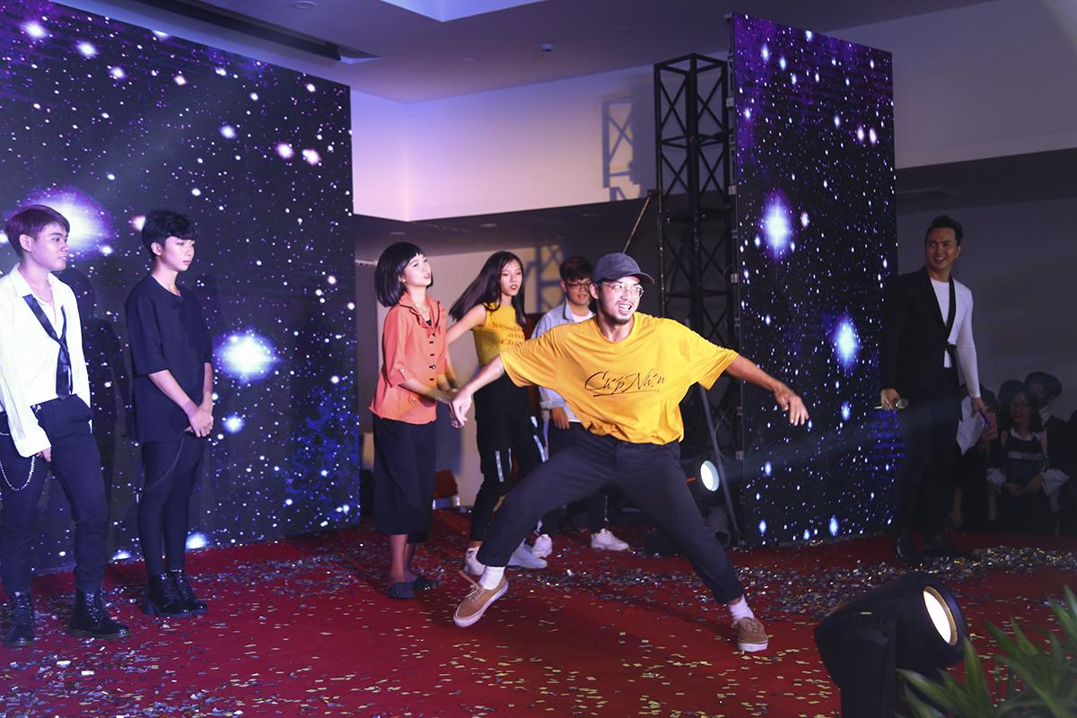 Cuối chương trình, dancer Nguyễn Hoàng Minh Thông đã dành tặng cho các bạn học sinh - sinh viên màn biểu diễn ngẫu hứng theo nhạc trước khi Ban Giám khảo cuộc thi Hovilo K-Pop Dance công bố kết quả.