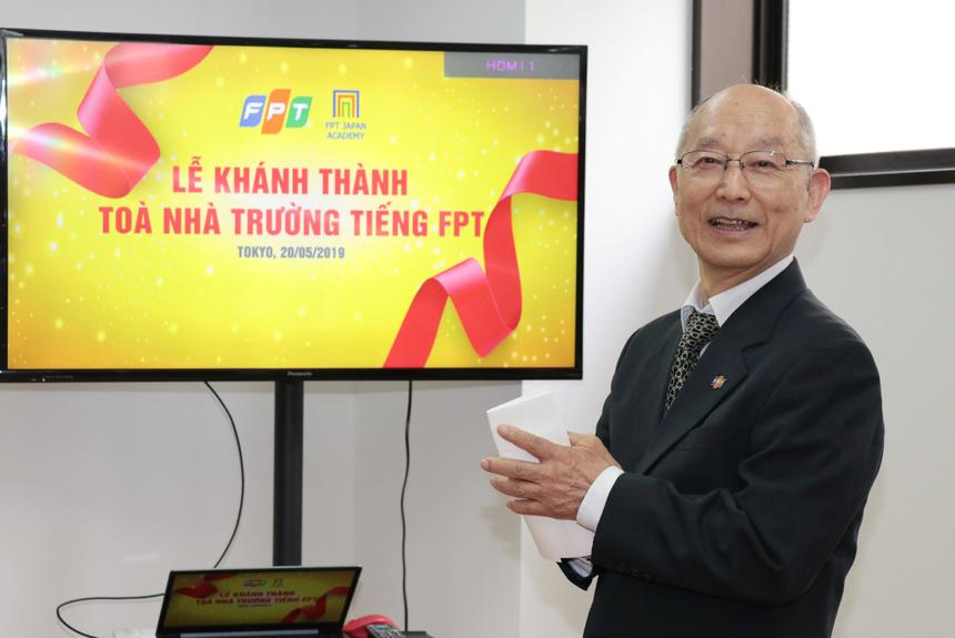 """Hiệu trưởng - thầyKuroda gửi lời cảm ơn tới lãnh đạo FPT đã ủng hộ dự án thành lập trường Nhật ngữ. Hiệu trưởng phấn khởi cho hay, vừa tuần trước nhà trường đã được cấp phép đón nhận học sinh nước ngoài. Khóa đầu tiên của trường nhập học từ đầu tháng 10 năm nay. """"Chúng tôi sẽ đồng lòng để có sự chuẩn bị tốt nhất, cung cấp dịch vụ đào tạo tốt nhất tại Nhật Bản"""", thầy Kuroda nói."""