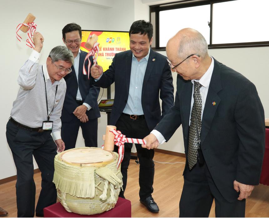 Lãnh đạo cùng đập bình rượu - nghi thức khánh thành trường Nhật ngữ FPT.Phó Chủ tịch FPT Bùi Quang Ngọc bày tỏ niềm vui khi trường đã bắt đầu tuyển sinh khóa đầu tiên, góp phần đào tạo năng lực tiếng Nhật cho nguồn nhân lực nhà F ngày càng phát triển.