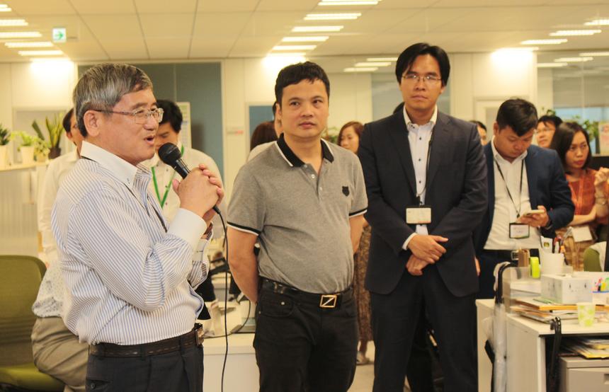 """Anh Bùi Quang Ngọc nhắn nhủ, trong 2 nhiệm kỳ TGĐ anh dành thời gian nhiều cho FPT Japan. Gặp lại CBNV nhà F tại Nhật Bản, anh Ngọc cho biết sẽ tiếp tục đồng hành, hỗ trợ đào tạo, giao lưu, chia sẻ kinh nghiệm. Anh Ngọc kỳ vọng FPT Japan vẫn giữ được tốc độ phát triển như những năm vừa qua. """"Chúc cácVI (ngành kinh tế) FPT Software phát triển nhanh để phục vụ mục tiêu đã đặt ra"""", lãnh đạo tập đoàn nhắn nhủ."""