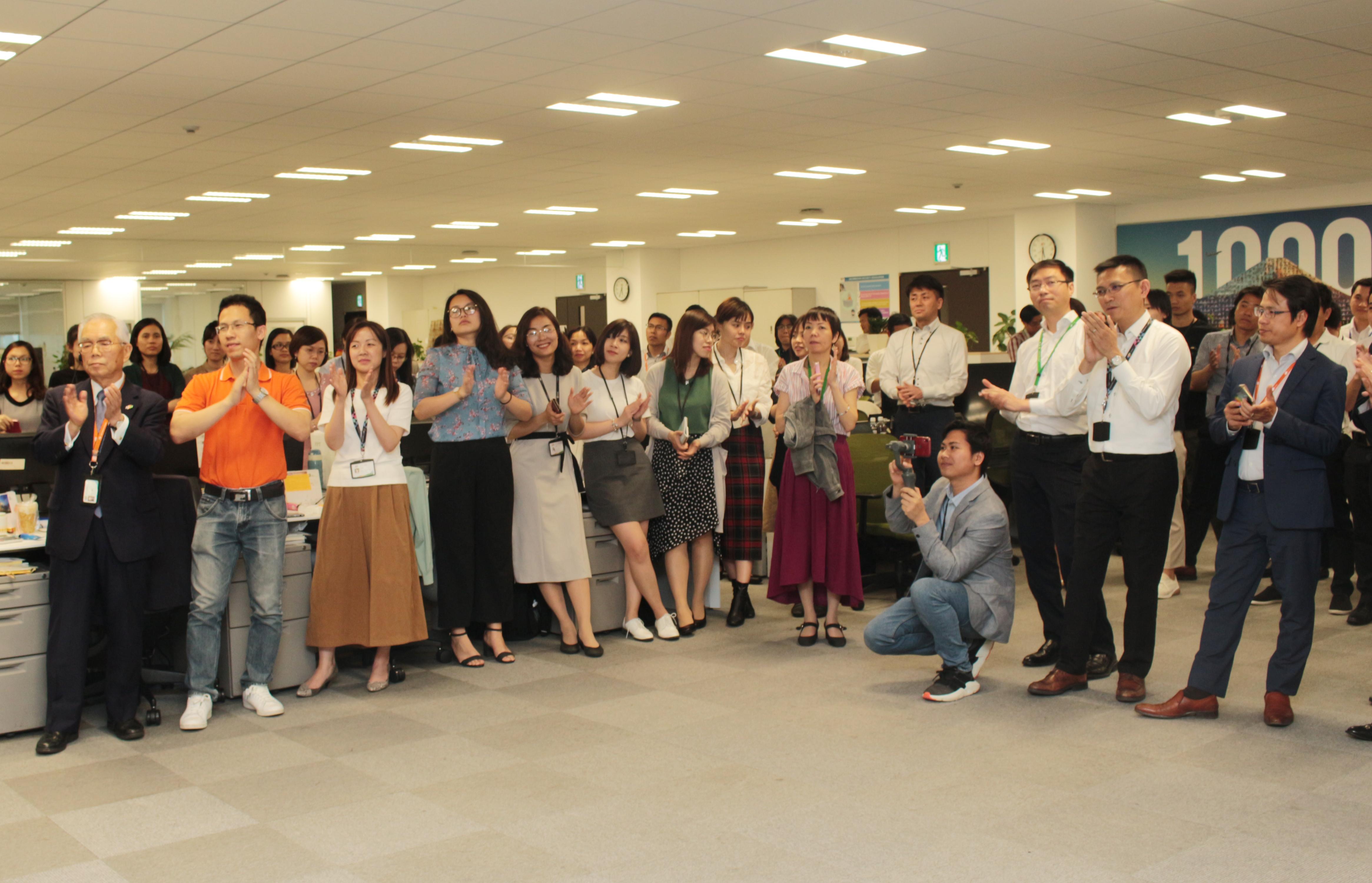 Kết thúc lễ khánh thành trường Nhật ngữ, lãnh đạo tập đoàn có mặt tại Văn phòng Daimon (Tokyo) gặp gỡ CBNV FPT Japan.