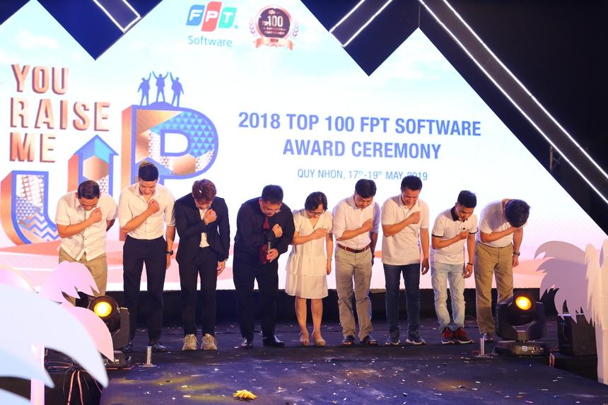 BLĐ FPT Software và đại diện Top 100 thực hiện nghi lễ cảm ơn trước khi chương trình tôn vinh khép lại.