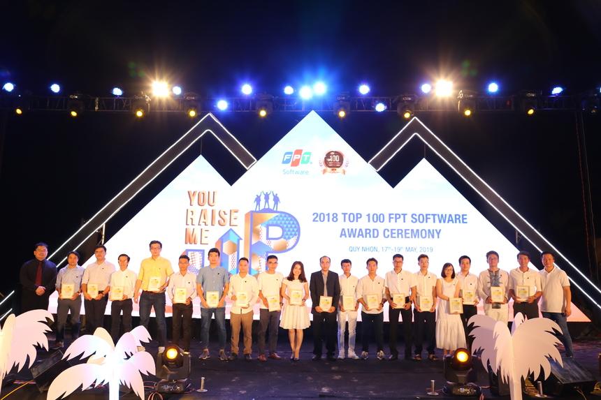 Người đứng đầu FPT Software trao tặng chứng nhận Top 100 đến với từng CBNV xuất sắc của công ty trong năm qua như một sự ghi nhận, một lời cảm ơn chân thành, sâu sắc đối với họ.