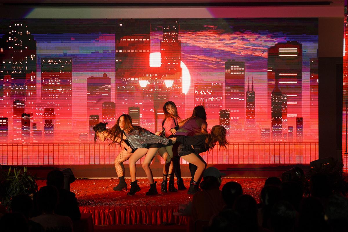 """Hallyu (làn sóng Hàn Quốc) đã lan rộng và phát triển mạnh mẽ trên thế giới, trong đó có Việt Nam. Các MV nhạc Hàn Quốc với phần biểu diễn vũ đạo đẹp ngây ngất khiến giới trẻ bị mê mẩn, cuốn hút. Không chỉ dừng lại ở việc yêu thích, nhiều bạn trẻ đã mày mò tìm cách học nhảy K-pop để có thể thực hiện được những động tác vũ đạo đẹp mắt của thần tượng, hoặc cover lại những video clip nhạc đình đám của các ca sĩ, nhóm nhạc xứ Kim chi. Điều này trở thành một trào lưu, một làn sóng """"Dance-cover Kpop""""."""