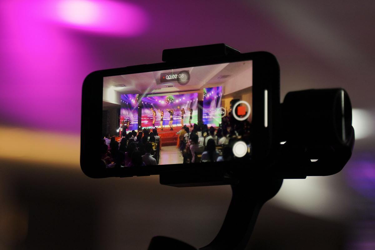 Do sức chứa hội trường có hạn nên BTC đã tiến hành livestream trên fanpage của ĐH FPT Cần Thơ để các khán giả có thể dễ dàng theo dõi cuộc thi.