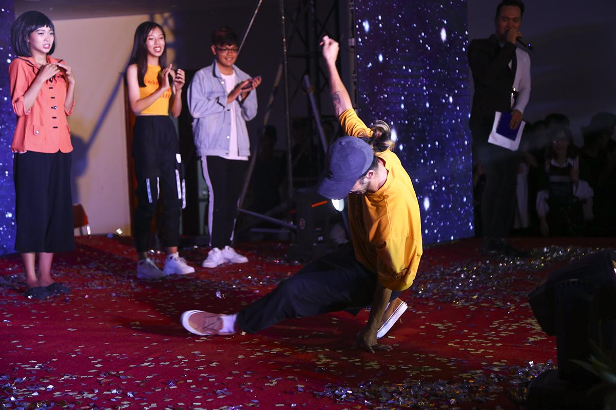Cuối chương trình, đáp lại lời đề nghị của khán giả, dancer Nguyễn Hoàng Minh Thông đã ngẫu hứng nhảy theo nền nhạc do BTC chọn ngẫu nhiên.
