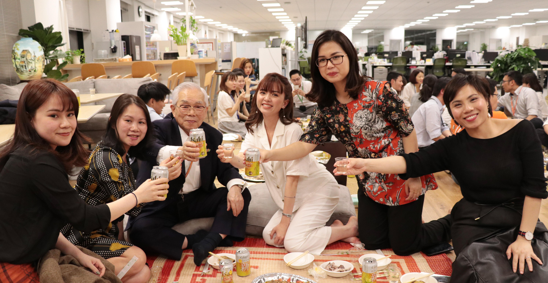 Ở dưới sân khấu, Cố vấn cấp cao FPT - bác Ogawa Takeo và các chị em công ty hào hứng cổ vũ lãnh đạo trên sân khấu.