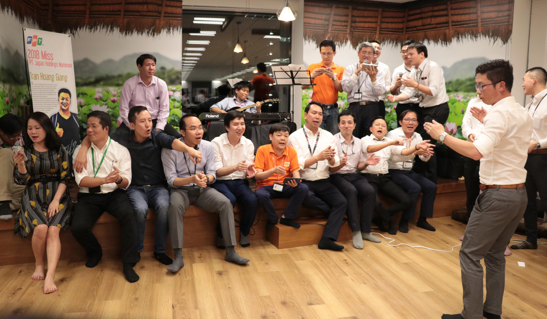 Diễn ra trong hơn 3 giờ, đêm nhạc chào đónPhó Chủ tịch FPT Bùi Quang Ngọc và CEO FPT Nguyễn Văn Khoa để lại nhiều cảm xúc thăng hoa cho người tham dự. Ở đó, lãnh đạo và nhân viên không còn khoảng cách, mọi người cùng khoác vai nhau, hòa ca hát mình. Ngày 20/5, Phó Chủ tịch FPT Bùi Quang Ngọc và CEO FPT Nguyễn Văn Khoa cùng lãnh đạo FPT Software đã khánh thành trường Nhật ngữ nhà F tại Nhật Bản. Cùng ngày, lãnh đạo tập đoàn đã có buổi chia sẻ với CBNV nhà F tại xứ sở Phù Tang.