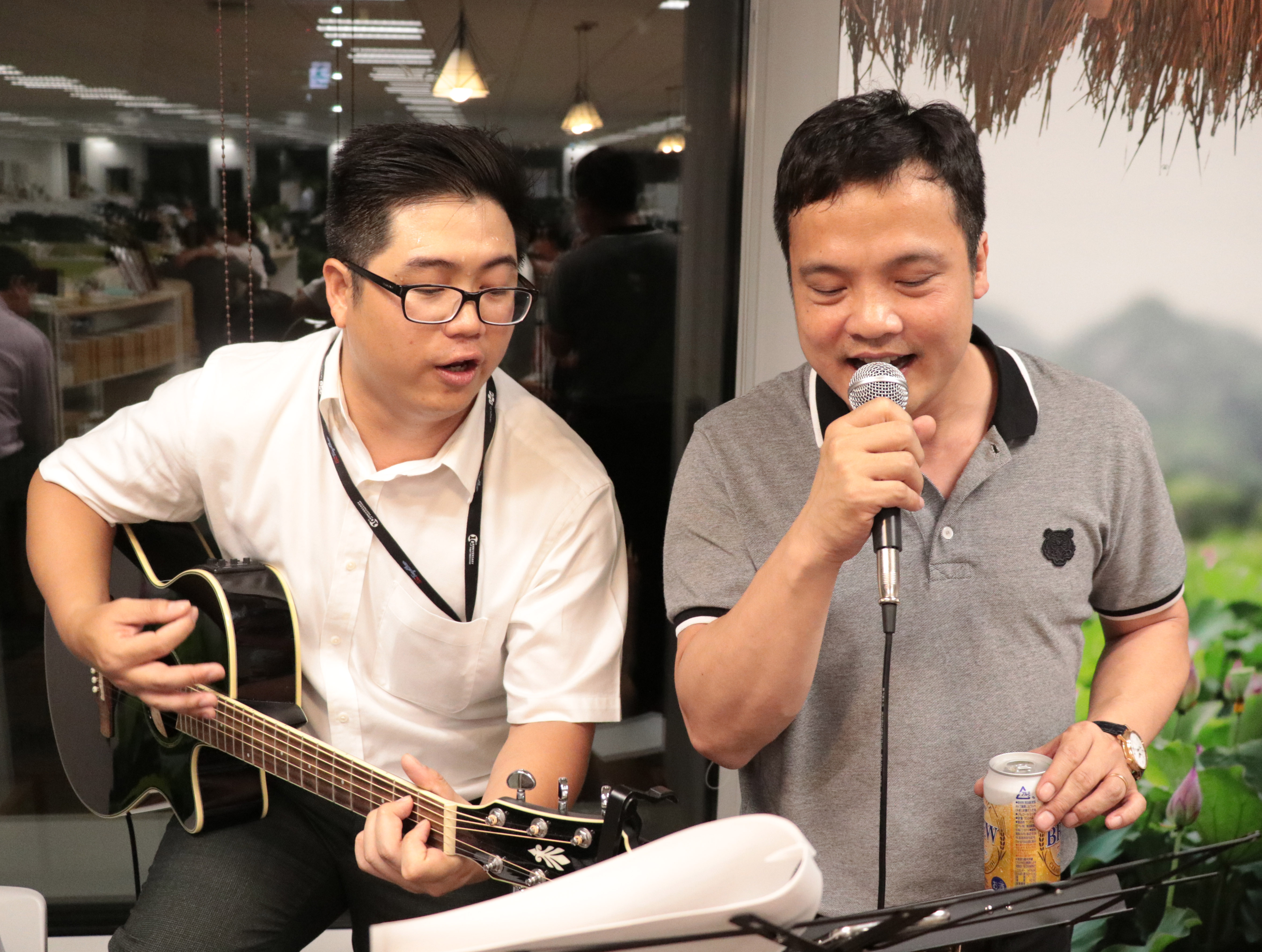 """Trong khi,CEO FPT Nguyễn Văn Khoa thích dòng nhạc trẻ với các ca khúc của Tuấn Hưng. Anh được các chị em FPT hát """"Tan"""" và """"Độc thoại""""."""