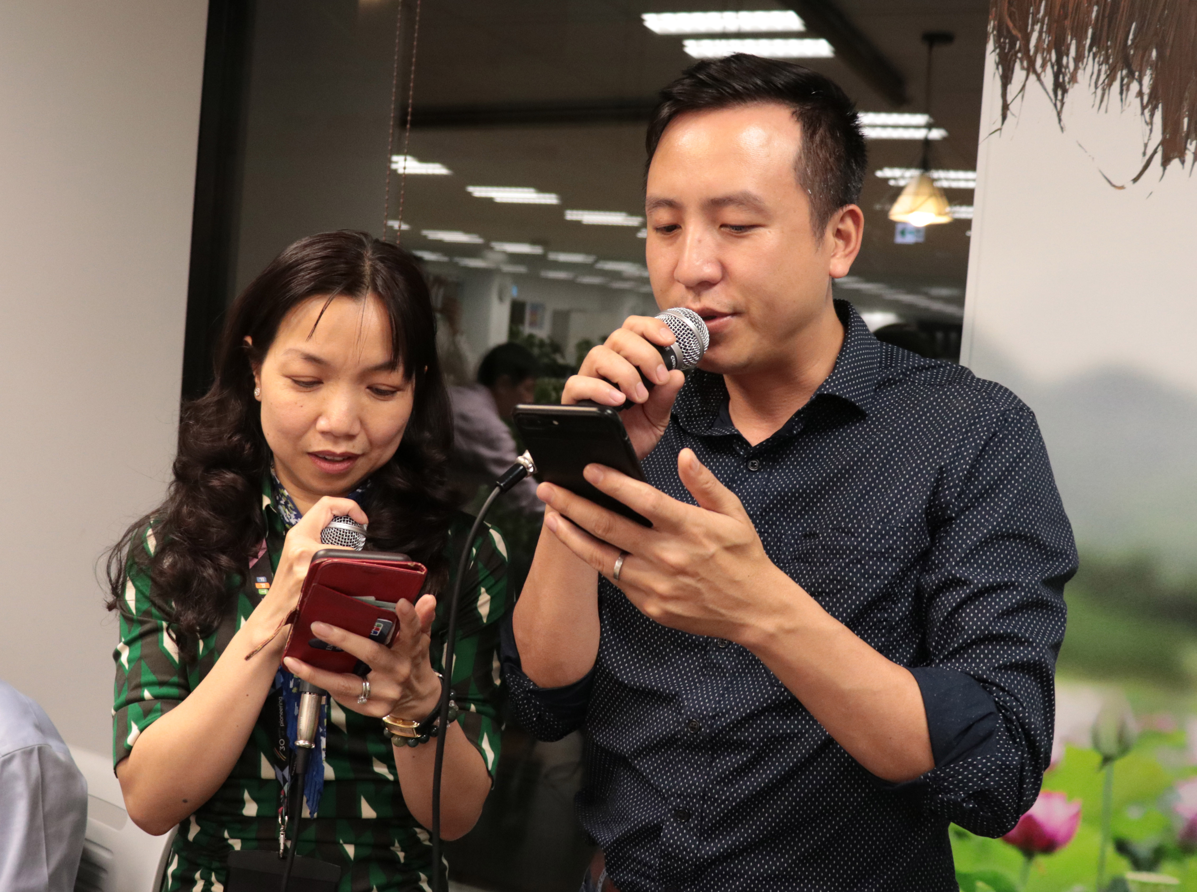 """Cặp đôi FPT JapanNguyễn Quang Hưng - Nguyễn Thị Mỹ Chi khiến khán giả bất ngờ khi ca bài """"Lan và Điệp""""."""