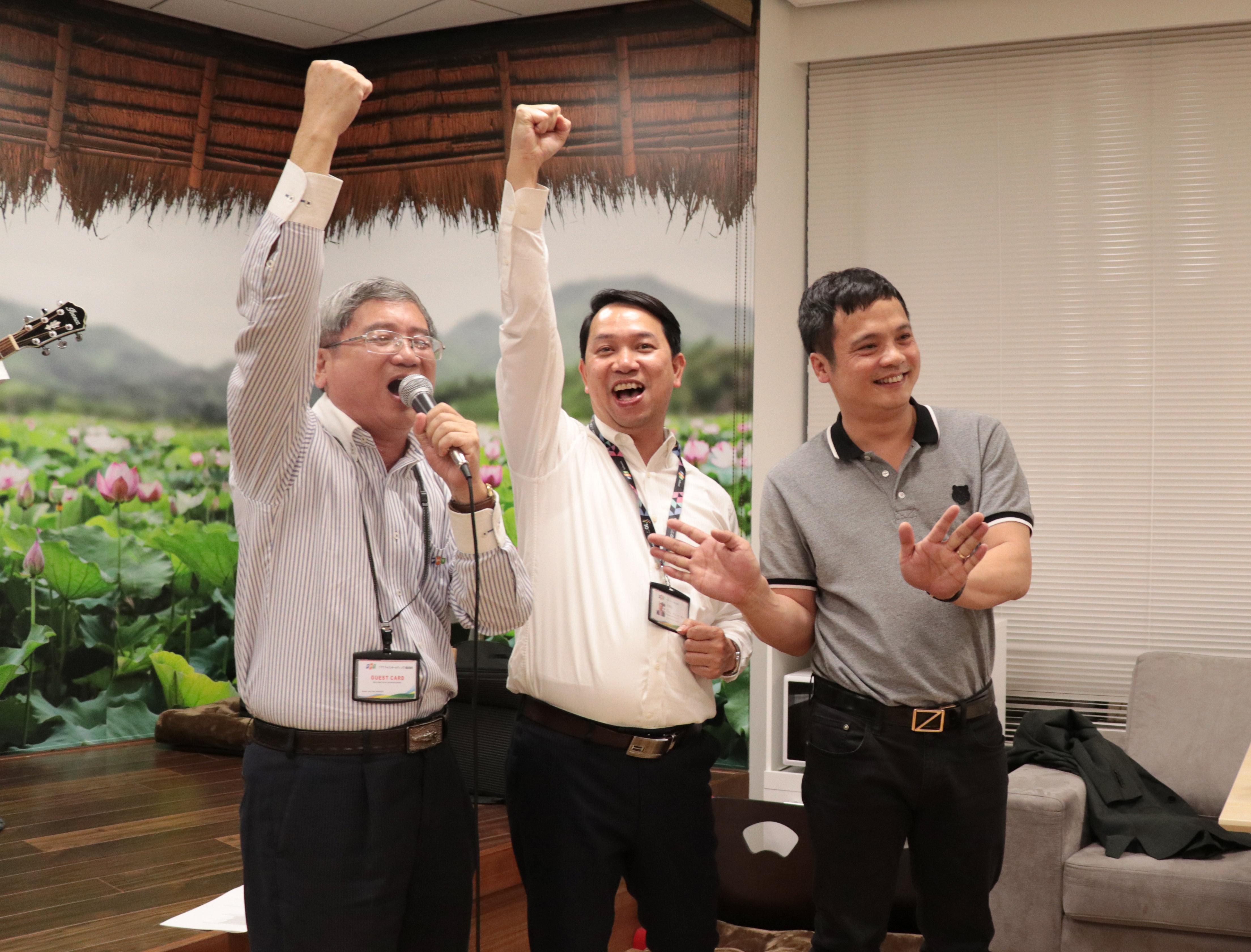 Đêm nhạc STCo dành tặng Phó Chủ tịch FPT Bùi Quang Ngọc và CEO FPT Nguyễn Văn Khoa diễn ra tối ngày 20/5, tại Văn phòng Daimon (Tokyo).Những tiết mục đặc sắc, hấp dẫn do chính người nhà F thể hiện đã tạo bầu không khí ấm cúng.