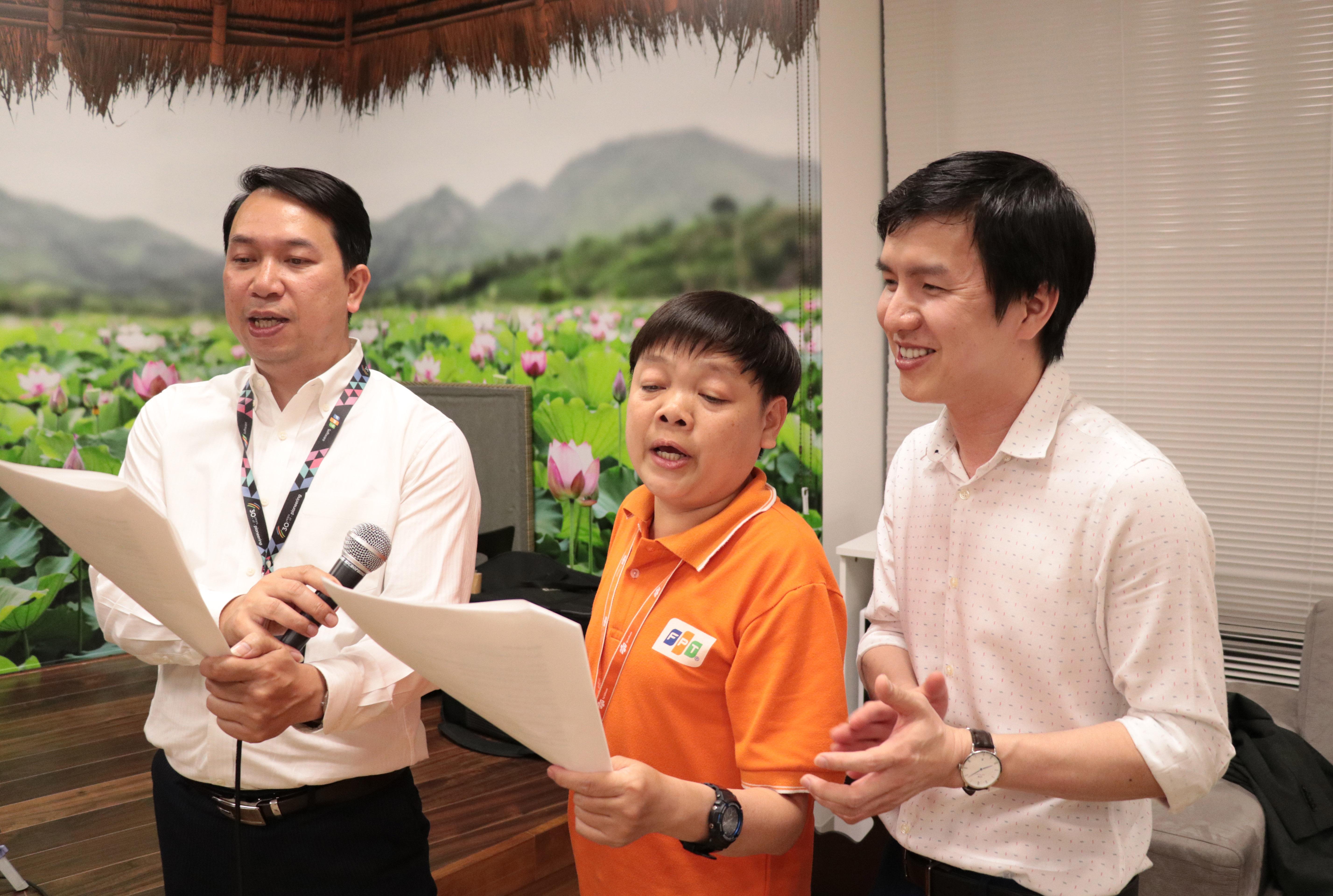 Trong khi, CEO FPT Japan Nguyễn Việt Vương và nhân viên hát các bài STCo tặng lãnh đạo.