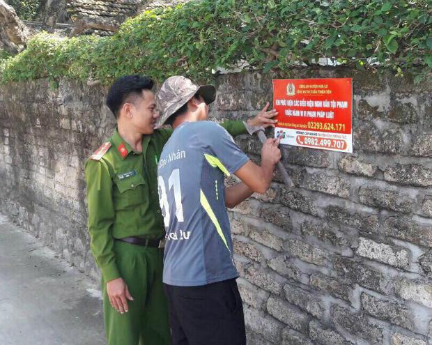 Việc dán ấn phẩm chống tội phạm đã được thực hiện tại 12 phường thàng phố Ninh Bình.
