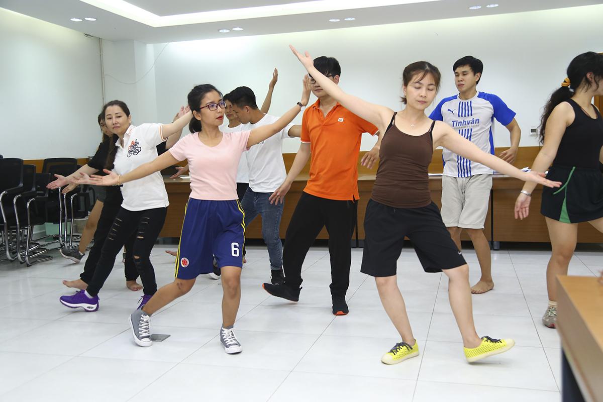Tiết mục múa và nhạc kịch được dàn dựng công phu dù đây là thể loại mới mẻ so với người Việt.