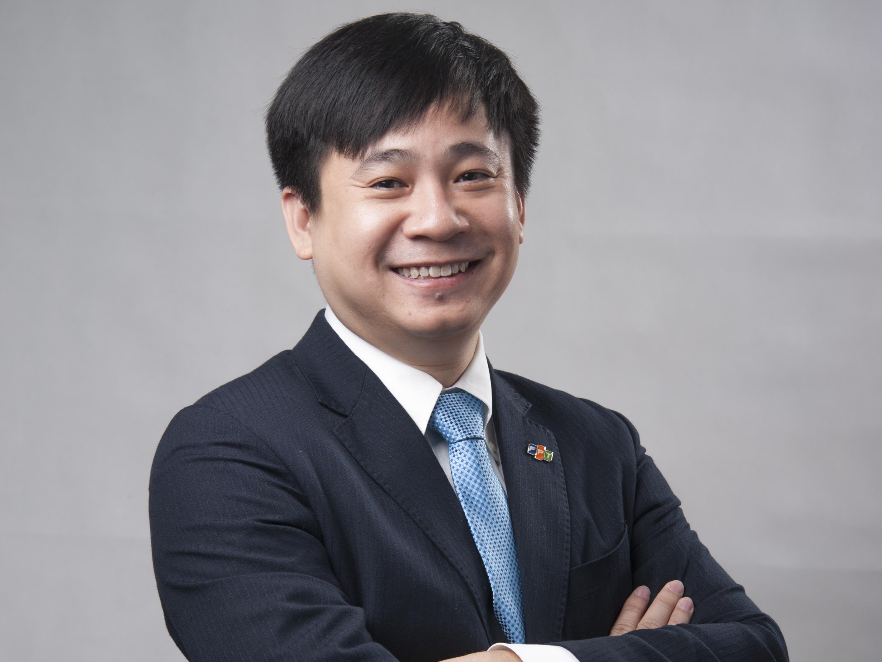 Giám đốc Công nghệ Tập đoàn Lê Hồng Việt Anh Lê Hồng Việt hiện đang làm Giám đốc Công nghệ Tập đoàn FPT. Với nền tảng kỹ thuật vững chắc cùng kinh nghiệm làm việc phong phú tại nhiều quốc gia trên thế giới, anh là một trong những người đặt nền móng cho việc ứng dụng và phát triển những công nghệ mới tại FPT như: Điện toán đám mây (Cloud Computing), Enterprise Mobility, Big Data... Ở mùa iKhiến trước, anh là vị giám khảo rất cẩn trọng trong khâu chấm điểm. Anh Việt luôn bắt bài thí sinh nhanh nhất và có thể lập tức liên tưởng đến các sáng tạo tương tự để đưa ra đánh giá.
