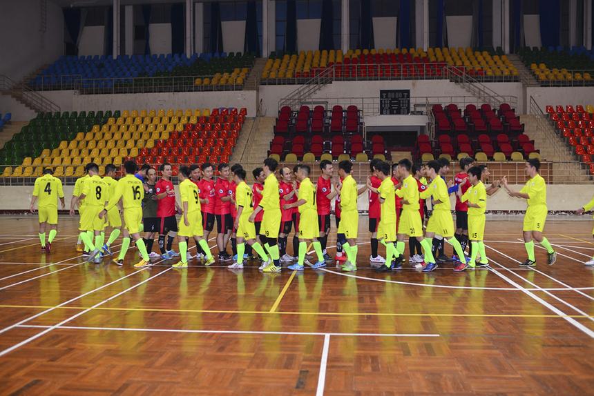 Ở trận đấu vào trước đó vào lúc 19h, Phương Nam (PNC-áo vàng) đã áp đảo các cầu thủ Liên quân CUS-CS. Dù được xem là ẩn số của giải nhưng Liên quân chỉ có thể gây khó khăn cho PNC trong thời gian thi đấu của hiệp 1.