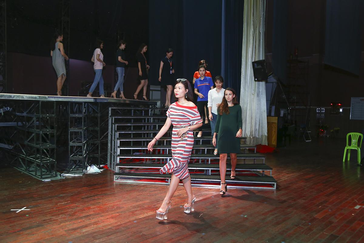 Trước giờ khai màn chương trình Sao Chổi 2019, các thí sinh phần thi trình diễn áo dài đã cùng nhau tập đi catwalk để làm quen sấn khấu. Do lần đầu tham gia hoạt động này nên phần lớn thí sinh đều khá ngại ngùng, còn e dè trong mỗi bước đi.