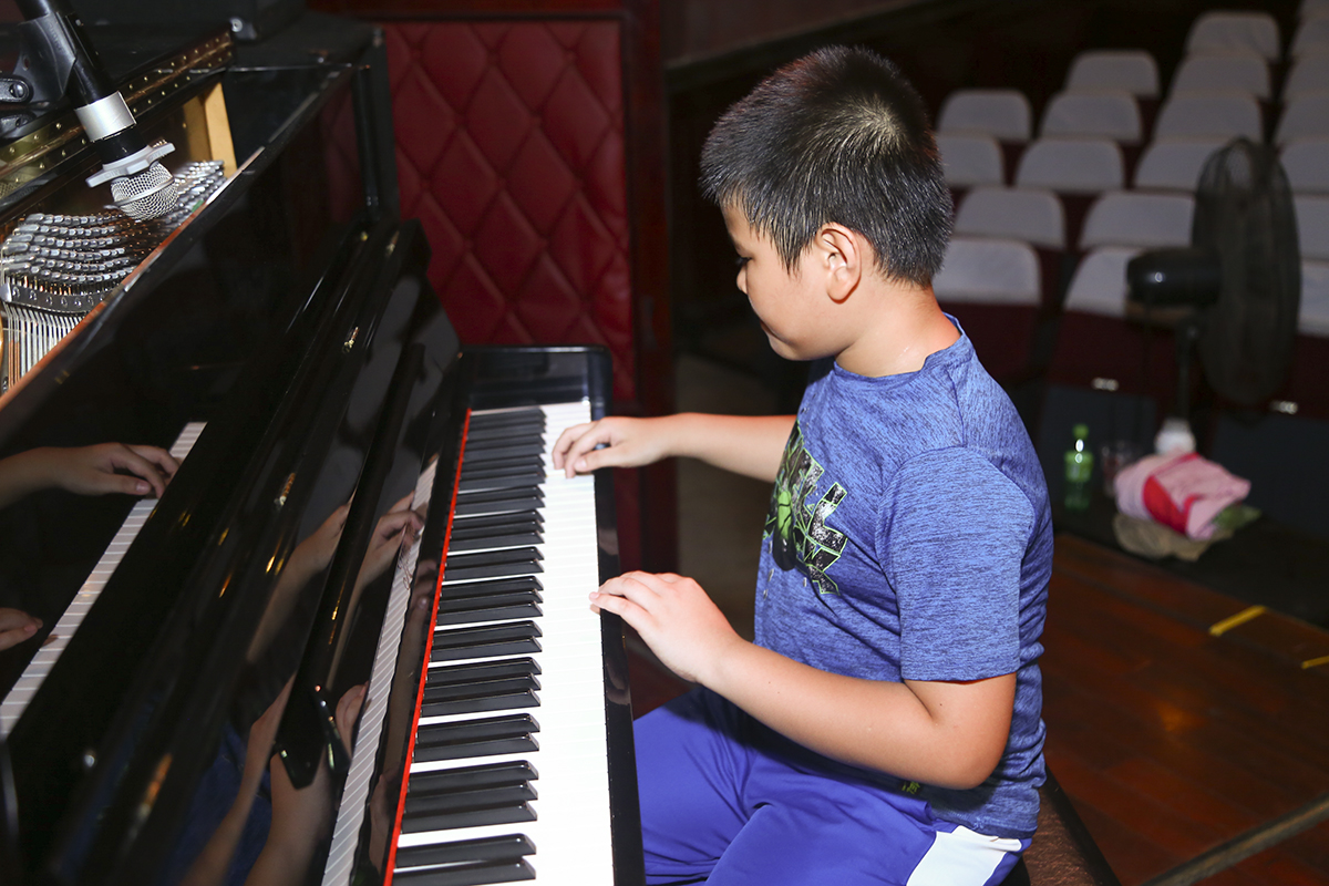 Trong khi đó, Synnex FPT khiến khán giả có mặt trong nhà hát Bến Thành phải trầm trồ với những màn thể hiện độc đáo. Đầu tiên là phần tấu piano của FPT Small Hoàng Minh Đăng.