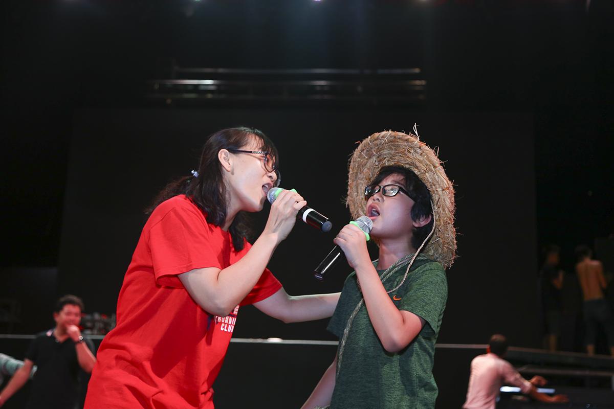 """Một FPT Small khác cũng gây chú ý bằng giọng ca truyền cảm trong ca khúc """"Đưa cơm cho mẹ đi cày"""" là bé Phạm Ngô Minh Phúc."""