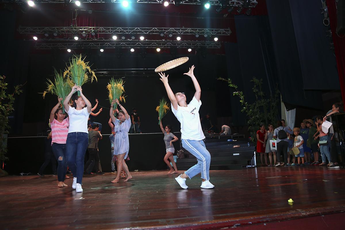 """Chị Lê Thị Minh Thái - """"chủ công"""" của nhóm múa thể hiện động tác kỹ thuật trong bài múa được dàn dựng công phu của đội."""