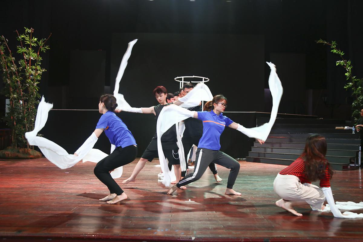 Nhờ tập luyện đều đặn tất cả các ngày trong tuần với thời lượng từ 5-8 giờ/ngày nên bài múa của nhà Giáo dục được thể hiện rất thuần thục.