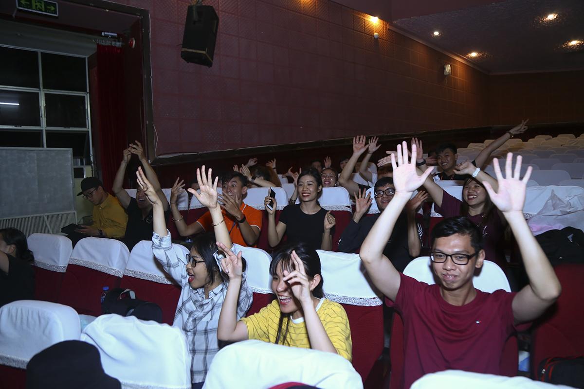 Dù là buổi tổng duyệt nhưng các khán giả nhà F có mặt ở nhà hát Bến Thành vẫn cổ vũ rất nhiệt tình cho các đội.