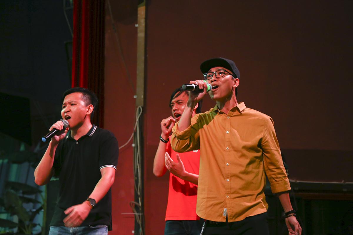 """Bộ ba nam ca sĩ của nhà Phần mềm, trong đó có giọng nam chính Đinh Hoàng Phi (áo vàng) đang trình bày ca khúc """"Em thì không"""" theo lời Việt. Đây cũng là tiết mục hiếm của Sao Chổi 2019 mang màu sắc nhạc quốc tế. Sự kiện khai màn lúc 19h tối nay tại nhà hát Bến Thành, quận 1."""