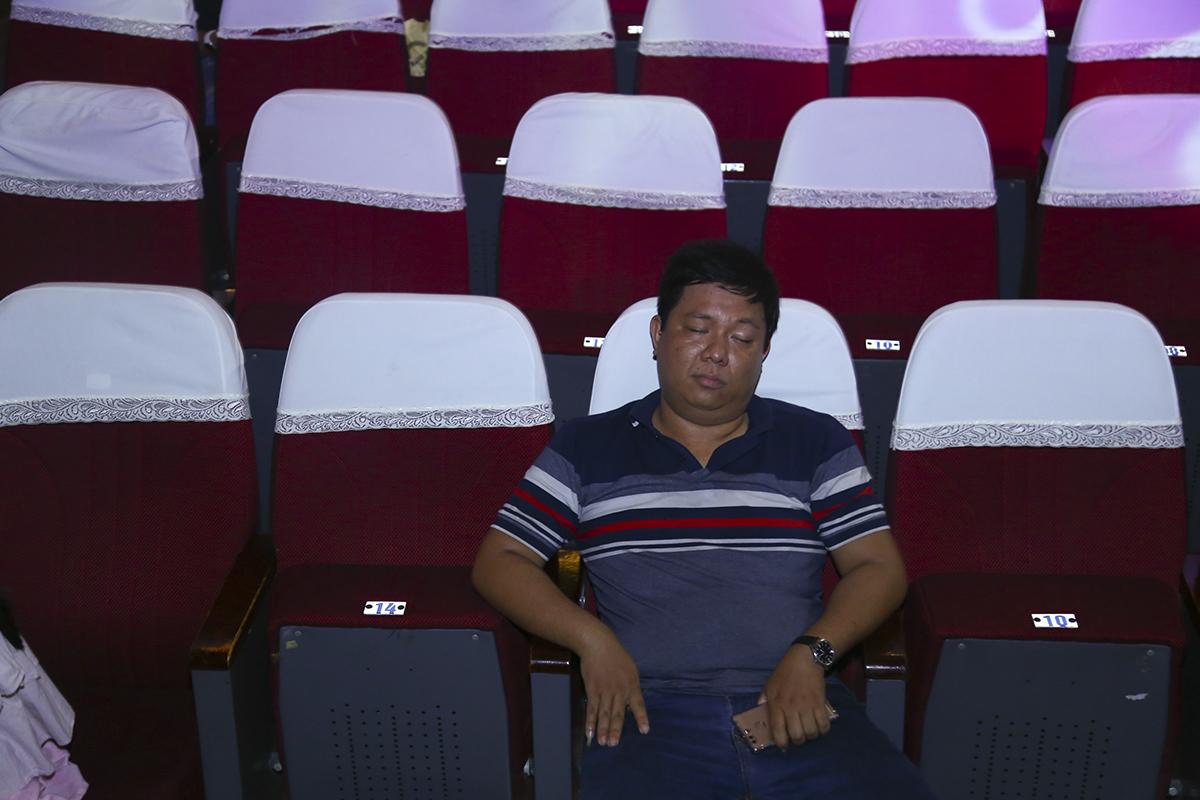 Gương mặt mệt mỏi của thành viên trong đội sau những ngày tháng luyện tập quên ăn, quên ngủ.