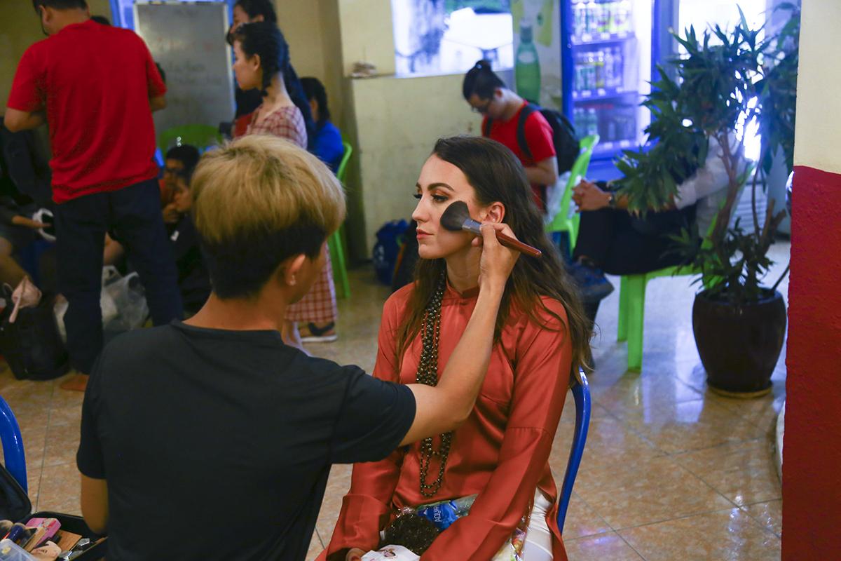 Năm nay, Sao Chổi phía Nam có thêm phần thi trình diễn áo dài của nhà thiết kế Việt Hùng nên các thí sinh tranh thủ make up trước giờ diễn để chuẩn bị cho màn catwalk. Đáng chú ý nhất là thí sinh Tomkova Katarina người Slovakia của đơn vị FPT Software.