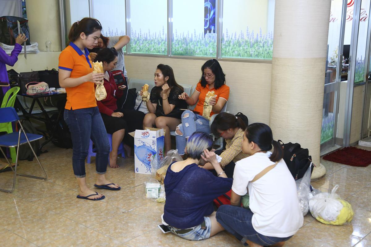 Các thành viên đội múa của FPT Education cũng tranh thủ ăn bánh mì trước khi trang điểm. Không may cho nhà Giáo dục khi họ phải thay đổi một số chi tiết quan trọng trong tiết mục vào giờ chót.