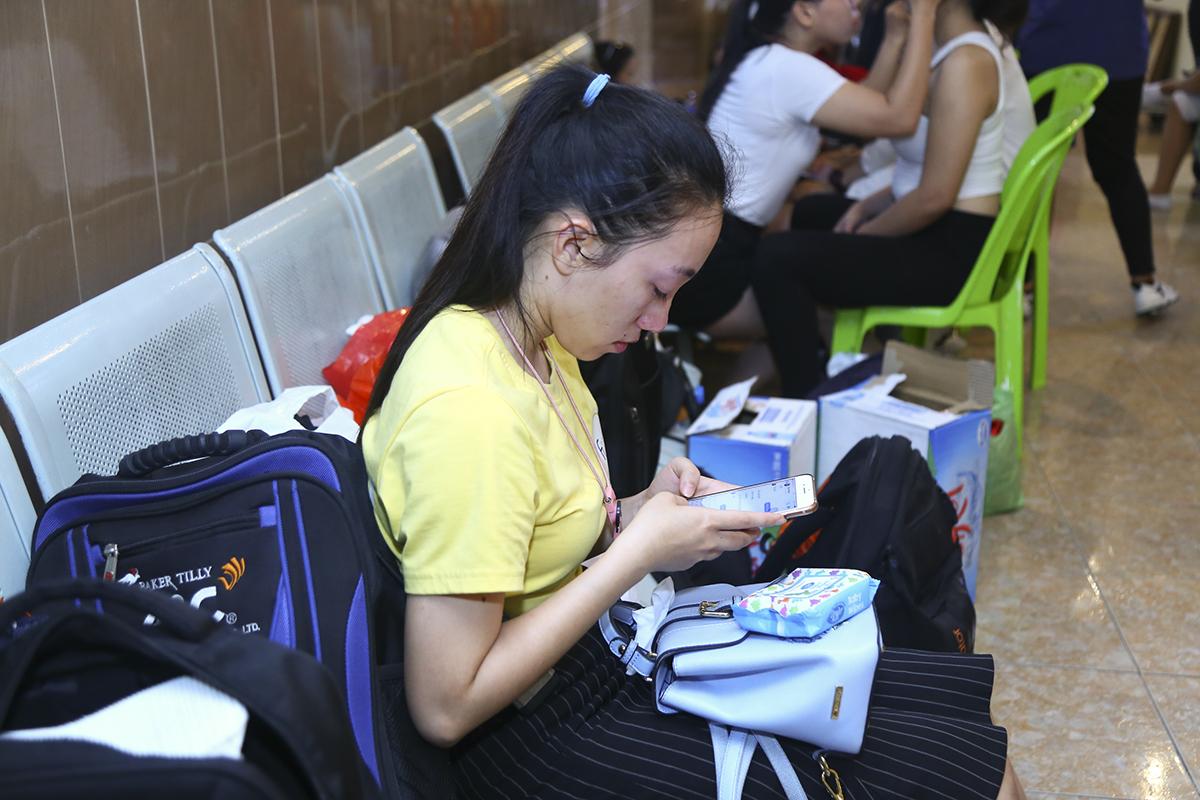 Chị Thùy Linh - Chủ nhiệm CLB Văn hóa- Nghệ thuật của FPT Telecom trầm tư trước giờ đội nhà biểu diễn. Năm nay, dù rất kỳ vọng nhưng chấn thương bất ngờ khiến chị bỏ lỡ mùa Sao chổi.