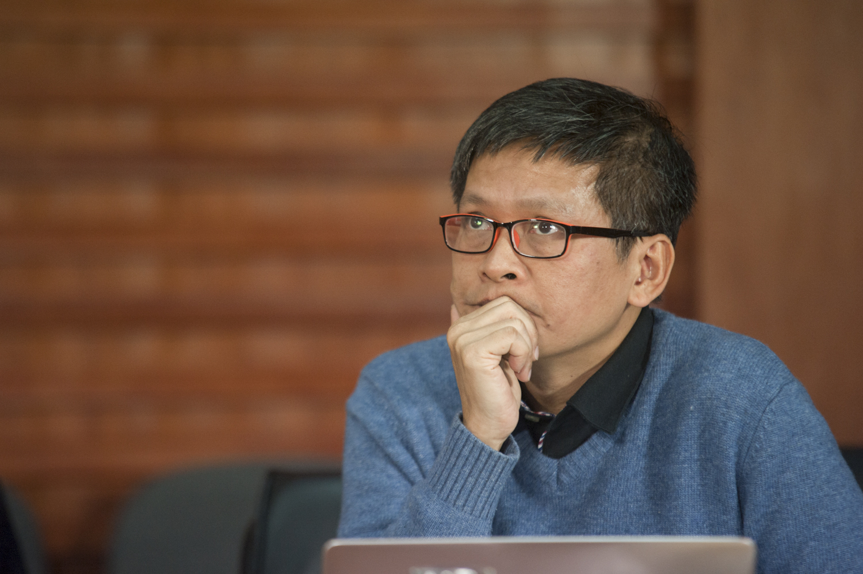 """Giám đốc FUNiX Phan Phương Đạt Anh Phan Phương Đạt là một trong những """"Cậu bé Vàng"""" của nền toán học Việt Nam, hai năm liên tiếp đoạt hai huy chương Olympic Toán quốc tế và được ba đời Thủ tướng tặng bằng khen. Gần 20 năm làm việc tại FPT trên nhiều cương vị quan trọng như Giám đốc nhân sự FPT, Phó Tổng Giám đốc FPT Software, Hiệu phó Đại học FPT,… Hiện anh Đạt là Giám đốc ĐH trực tuyến FUNiX. Tinh thần phản biện cao, hóm hỉnh nhưng sâu sắc, lại có biệt tài biến đồ cũ/hỏng thành đồ mới/dùng được, anh Phan Phương Đạt cũng được xếp vào hàng """"quái nhân"""" của FPT. Đồng hành cùng iKhiến từ những ngày đầu tiên, năm nay anh Đạt tiếp tục là trưởng ban giám khảo. Với BTC anh là kho ý tưởng nhưng với các thí sinh anh là nỗi khiếp sợ. Một thí sinh FPT Software từng cảm thán """"Tại sao anh Đạt có thể hỏi những câu khó như vậy?""""."""