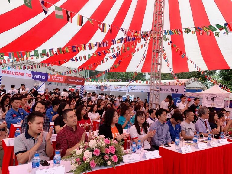 Tham dự lễ khai mạc chương trình có Phó Giám đốc ĐH FPT Hà Nội Tạ Ngọc Cầu, Phó hiệu trưởng ĐH FPT Nguyễn Thị Kim Ánh, các đại diện đến từ 40 doanh nghiệp cùng hơn 2.000 sinh viên ĐH FPT.