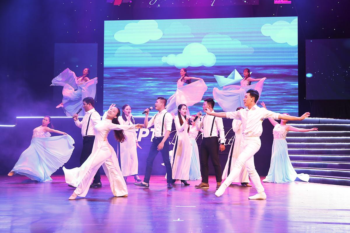 """Đúng 19h30, hội diễn Sao Chổi phía Nam chính thức bắt đầu với bài múa """"Thuyền giấy"""" do đoàn Văn công FPT trình diễn. Thời gian bắt đầu muộn khoảng 30p so kế hoạch do trời Sài Gòn đổ mưa từ chiều đến tối khiến việc di chuyển của khán giả bị ảnh hưởng."""