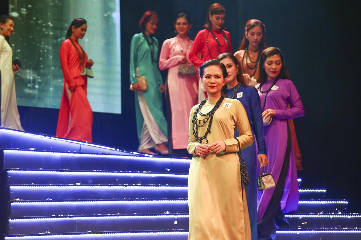 """Đan xen với các tiết mục thi văn nghệ là phần thi trình diễn áo dài của 16 thí sinh từ 8 đội thi duyên dáng trong trang phục áo dài xưa của nhà thiết kế Việt Hùng - người được mệnh danh """"Ông bầu của các hoa hậu""""."""