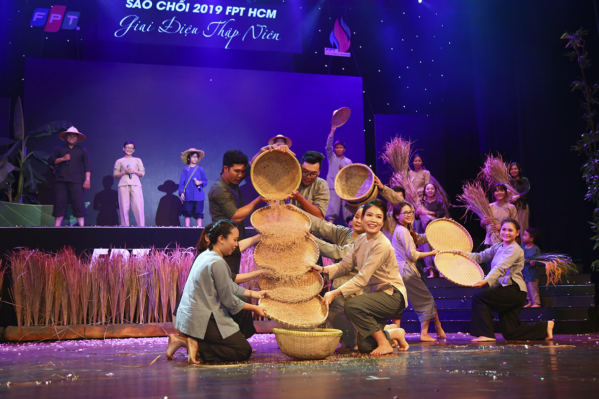 Gợi lại không khí đất nước những ngày tháng oanh liệt bằng những bài hát gắn liền tuổi thơ biết bao thế hệ người Việt Nam, tiết mục của Synnex FPT đã lấy đi nhiều nước mắt của khán giả nhà F phía Nam.