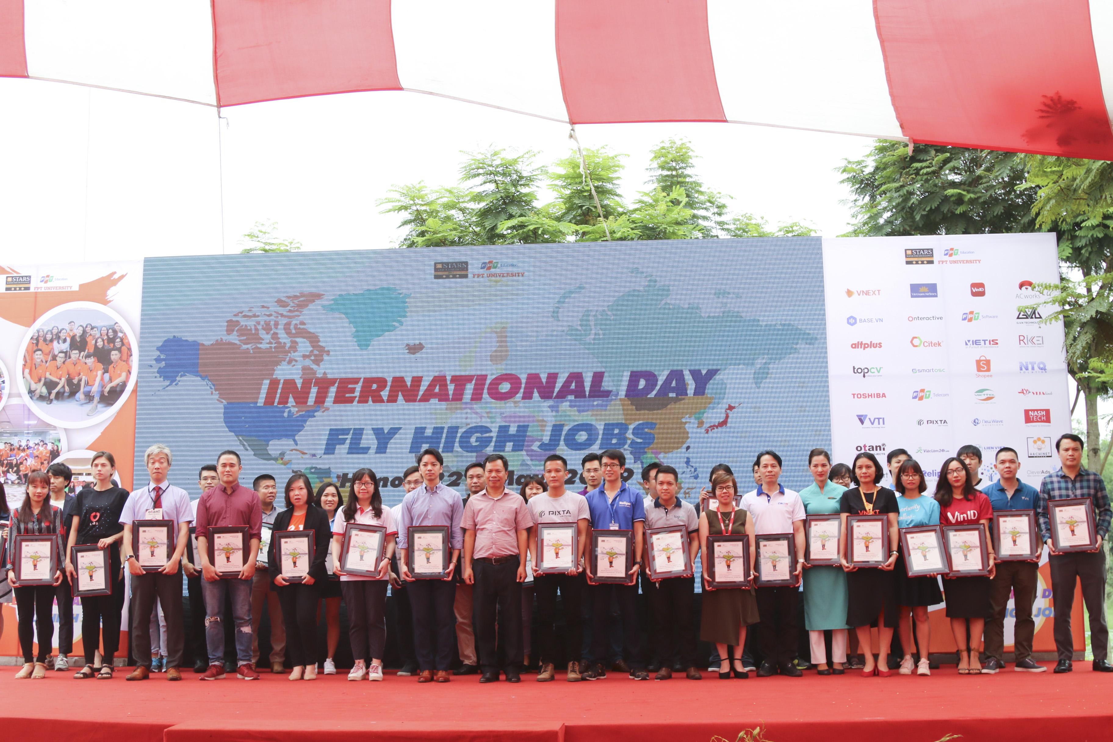 Phó Giám đốc ĐH FPT Tạ Ngọc Cầu tặng món quà lưu niệm cho đại diện 40 doanh nghiệp.