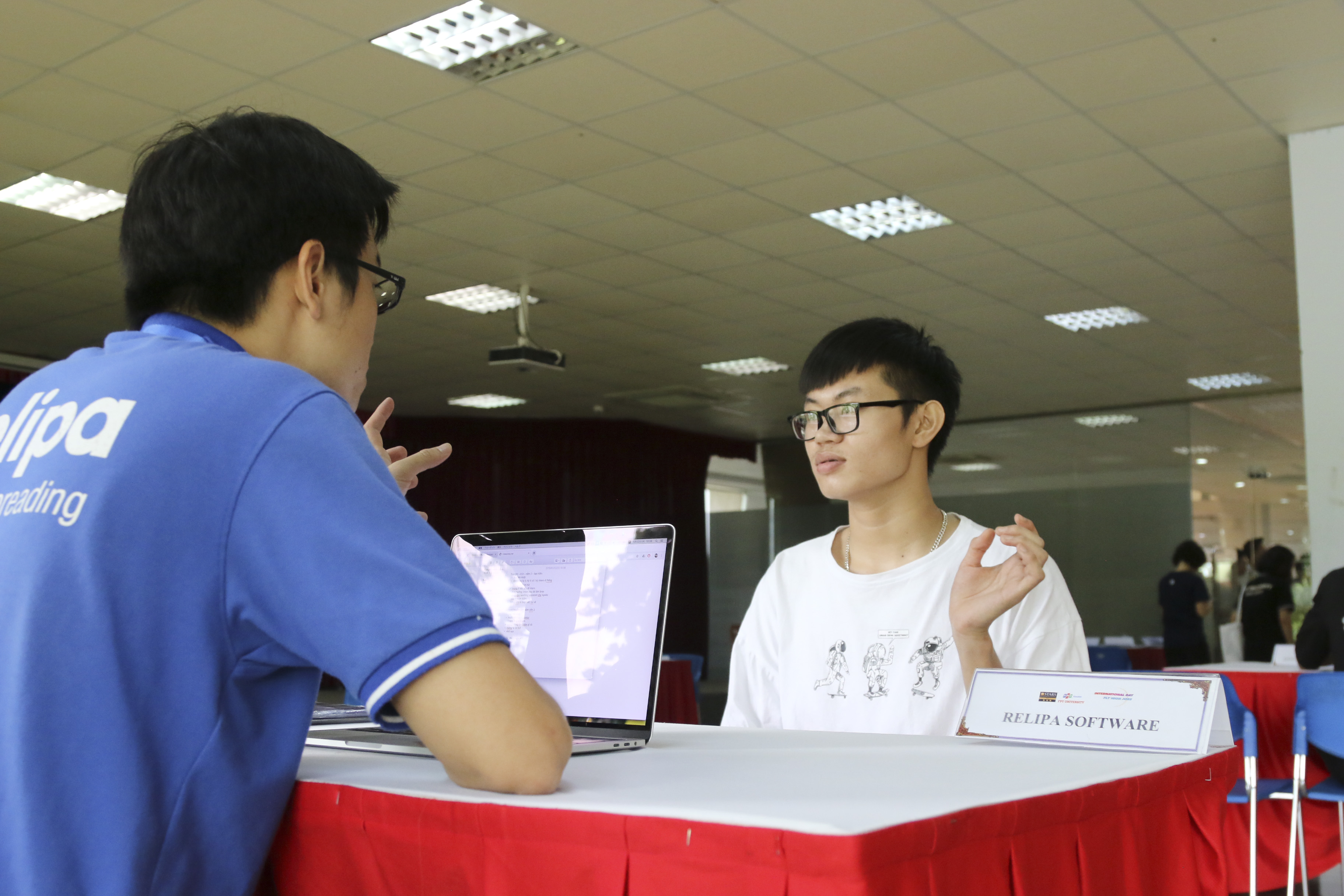 Nguyễn Văn Long, sinh viên năm 2 ngành Ngôn ngữ Nhật, kết thúc cuộc phỏng vấn ngắn với khuôn mặt tươi cười. Cậu bạn chia sẻ đây là lần thứ 2 tham dự ngày hội việc làm và rất thích thú vì mang lại nhiều cơ hội cho bản thân. Long cho biết sau khi phỏng vấn sẽ lập tức về nhà gửi CV cho nhà tuyển dụng.
