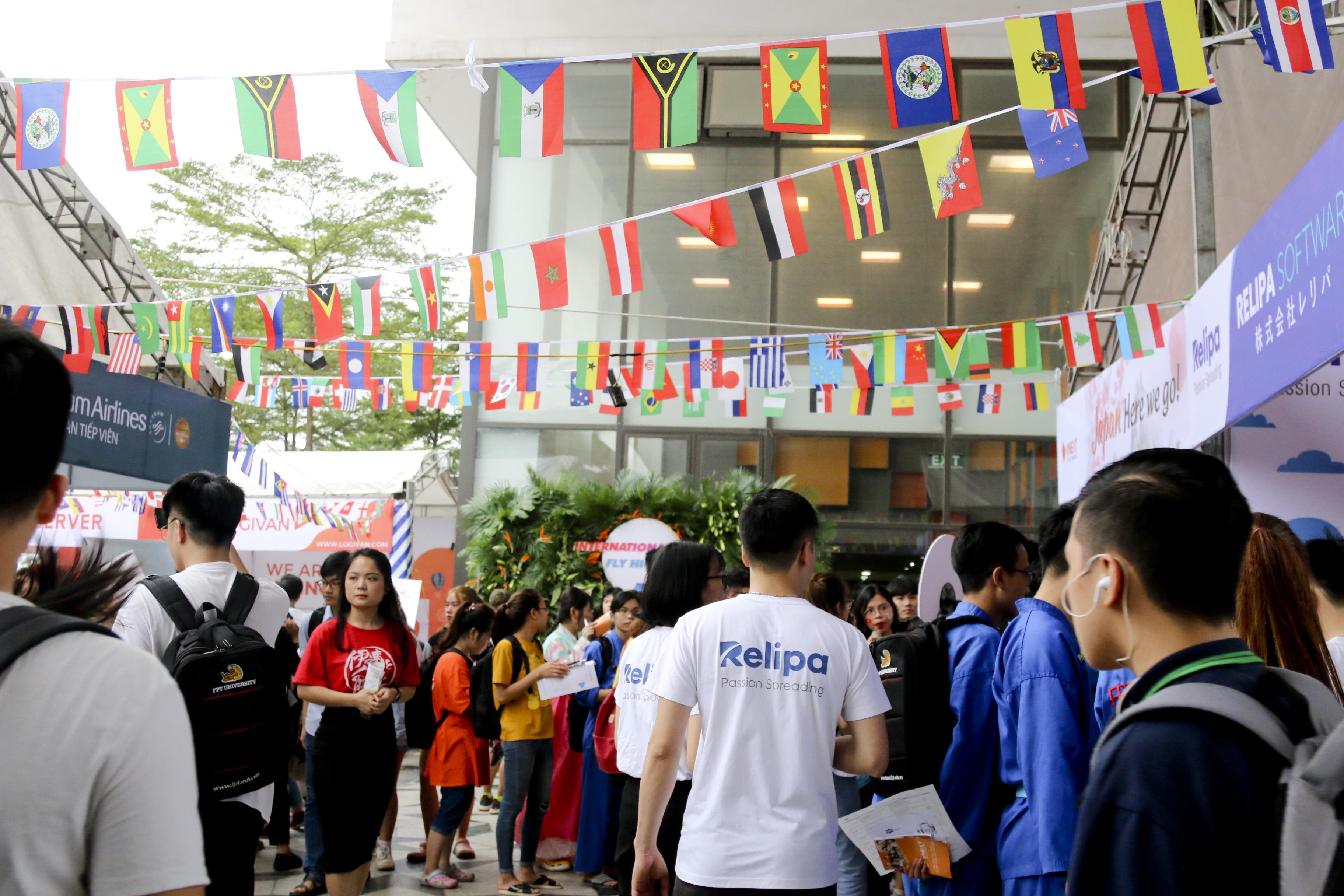 Theo thống kê từ BTC, khoảng hơn 2.000 sinh viên FPT đến sự kiện để tìm kiếm cơ hội làm việc toàn cầu.