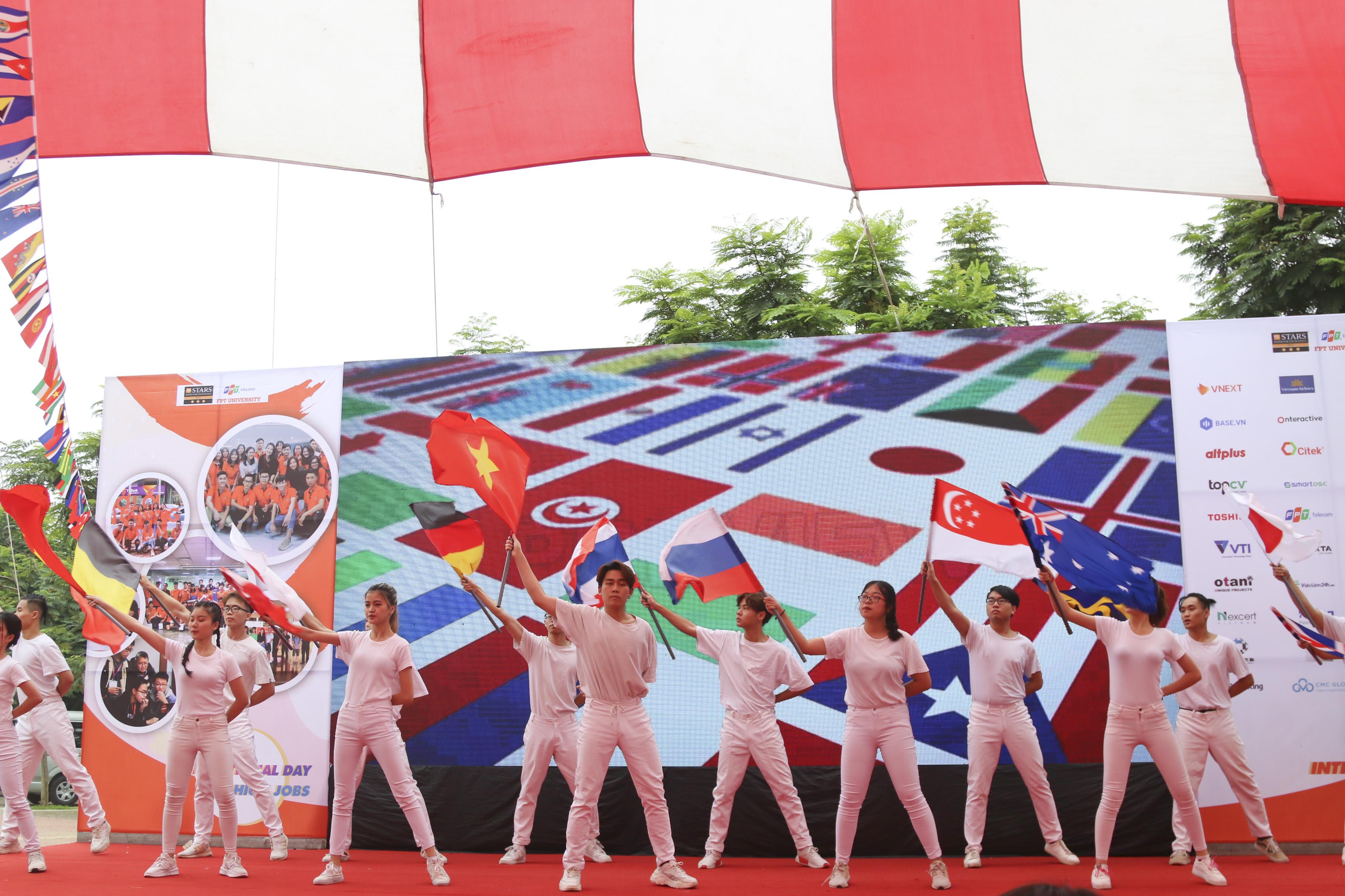 """Với tên gọi """"International Day - Fly high jobs"""", chương trình mang đến một tiết mục đậm chất """"toàn cầu"""" khi đưa rất nhiều lá quốc kỳ của các quốc gia trên thế giới lên sân khấu."""